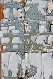 Krakingowi farba kawałki na starej drewnianej starzejącej się wiejskiej jacie ukazują się Obraz Stock