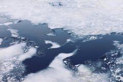 Krakingowi lodowi floes na zamarzniętym morzu, zimy zimny tło, odgórny v Obraz Royalty Free