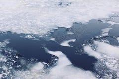 Krakingowi lodowi floes na zamarzniętym morzu, zimy zimno Fotografia Royalty Free