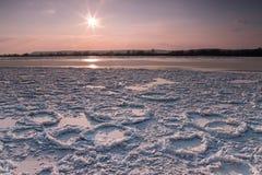 Krakingowy lód na riverbank zdjęcia royalty free