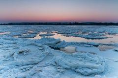 Krakingowy lód na riverbank fotografia stock