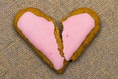 Krakingowy serce kształtujący ciastko dekorował z czerwonym lodowaceniem jako concep zdjęcia stock