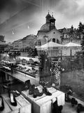 Krakow arkitektur, reflexioner shoppar in fönster Konstnärlig blick i svartvitt Royaltyfri Bild