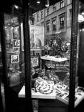 Krakow arkitektur, reflexioner shoppar in fönster Konstnärlig blick i svartvitt Arkivfoto