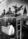 Krakow arkitektur, reflexioner shoppar in fönster Konstnärlig blick i svartvitt Arkivbilder