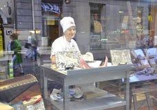 Krakow august 19th 2014 - Art Shop i den historiska mitten av Krakow, Polen Royaltyfri Bild