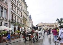 Krakow Augusti 19,2014: Vagn med hästar från den Krakow staden Polen Fotografering för Bildbyråer