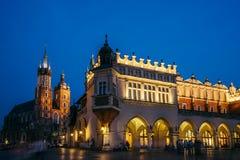 Krakow gammal marknad på natten Royaltyfri Bild