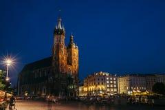 Krakow gammal marknadsfyrkant på natten Arkivfoto