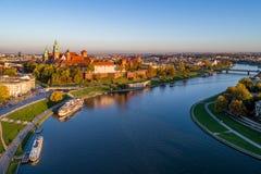 Krakow horisont, Polen, med Wawel och Vistula i nedgång på solnedgången Arkivfoto