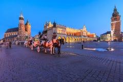 Krakow huvudsaklig fyrkant i aftonen Royaltyfri Bild