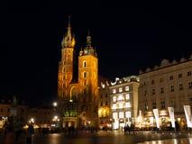 Krakow huvudsaklig marknadsfyrkant vid natt Arkivfoton