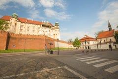 Krakow i Polen/sikt av den medeltida kungliga slotten royaltyfri foto