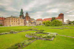 Krakow i Polen/sikt av den medeltida kungliga slotten royaltyfria bilder