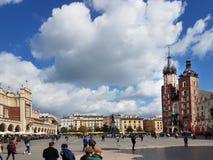 Krakow, Polônia - 09 13 2017: Cidade da manhã após a chuva O quadrado de cidade central com o templo de Mariacki Imagem de Stock Royalty Free