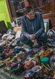 Krakow, Polônia - 21 de setembro de 2018: Compradores de espera do vendedor polonês bem vestido Está vendendo peças sobresselente fotografia de stock