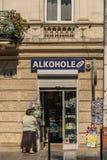 Krakow, Polônia - 21 de setembro de 2019: 24 horas de loja perto do castelo de Wawel vendem lembranças e álcool imagem de stock
