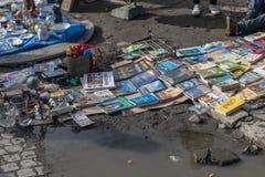 Krakow, Polônia - 21 de setembro de 2019: O homem vende muitos livros na borda de uma poça da água na pulga da rua de Krakow fotografia de stock royalty free
