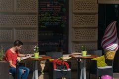 Krakow, Polônia - 21 de setembro de 2019: O turista lê o menu em uma barra perto do castelo de Wawel fotos de stock