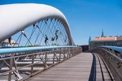 KRAKOW, POLÔNIA - EM JUNHO DE 2017: Ponte em Krakow o adka Ojca Bernatka de K ou pai Bernatek Footbridge através do Vistula River imagem de stock
