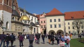 Krakow, Polônia - mola, cidade 2018 velha de Krakow Castelo real de Wawel video estoque