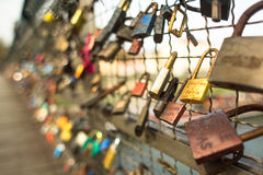 KRAKOW, POLÔNIA - a ponte de Kladka Bernatka do amor com amor padlocks Fotos de Stock Royalty Free