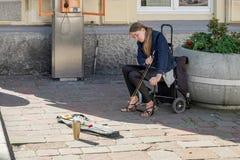 KRAKOW POLAND/EUROPE - SEPTEMBER 19: Dam som spelar en såg i Kra Royaltyfria Bilder