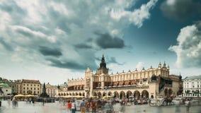 krakow poland Huvudsaklig marknadsfyrkant i molnig sommardag berömd landmark Lokal för Unesco-världsarv arkivfilmer