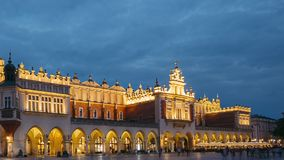 krakow Poland Noc widok St Mary bazylika I płótna Hall budynek Sławny Stary punktu zwrotnego kościół Nasz dama zbiory wideo