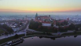 krakow poland Wawel kunglig slott och domkyrka, Vistula River _ arkivfilmer