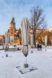 krakow poland Wawel slott och vikta kaféparaplyer royaltyfri bild