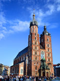 KRAKOW POLEN - APRIL 10, 2015: Sts Mary kyrka i historiskt Arkivbild