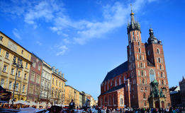 KRAKOW POLEN - APRIL 10, 2015: Sts Mary kyrka i historiskt Royaltyfria Bilder