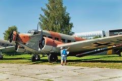 Krakow Polen - Augusti 30, 2015: Museum av flyg För folk nivå nära (flygplan) Arkivfoto