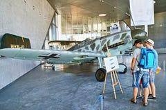 Krakow Polen - Augusti 30, 2015: Museum av flyg Folk nära utställningnivån (flygplan) Arkivbilder