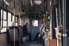 KRAKOW POLEN, December 26, 2017 passagerare som reser i ett halvt fotografering för bildbyråer