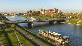 KRAKOW POLEN - flyg- sikt av Vistulaet River i det historiska centret Arkivbild