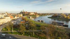 KRAKOW POLEN - flyg- sikt av Vistulaet River i det historiska centret Royaltyfri Foto