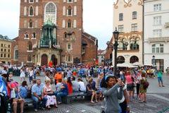KRAKOW POLEN - 2016: Krakow huvudsaklig fyrkant, en folkmassa av folk, royaltyfria bilder