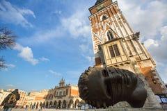 KRAKOW POLEN - Igors Mitorajs skulptur Eros Bendato (Eros Tied) 1999 på den huvudsakliga fyrkanten av staden Royaltyfria Bilder