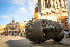 KRAKOW POLEN - Igors Mitorajs skulptur Eros Bendato (Eros Tied) 1999 på den huvudsakliga fyrkanten av staden Royaltyfri Foto