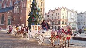 KRAKOW POLEN - JANUARI, 14 2017 den Retro hästen drog vagnar och jul dekorerade den touristic gamla stadgatan Arkivfoto