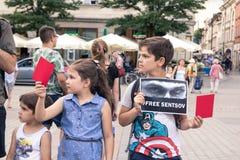 Krakow, Polen, Juni 01, 2018, barn med affischer och röd bil Royaltyfria Foton