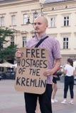 Krakow Polen, Juni 01, 2018, en man med protestera för affisch Arkivfoto