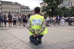 Krakow Polen, Juni 01, 2018, ensam man för A i pressvästen a royaltyfria bilder