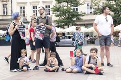 Krakow Polen, Juni 01, 2018, a-grupp av barn med föräldrar Arkivbilder