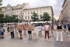 Krakow Polen, Juni 01, 2018, grupp människor med en pro-affisch Arkivbild