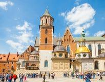KRAKOW POLEN - JUNI 08, 2016: Massor av turister som besöker det historiska komplexet av den Wawel den kungliga slotten och domky Royaltyfria Bilder