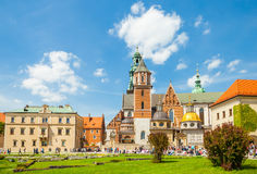 KRAKOW POLEN - JUNI 08, 2016: Massor av turister som besöker det historiska komplexet av den Wawel den kungliga slotten och domky Royaltyfria Foton