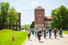 KRAKOW POLEN - JUNI 08, 2016: Massor av turister som passerar tillträdesbanan till det historiska komplexet av den Wawel den kung Royaltyfria Foton